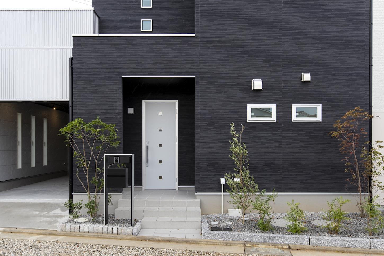 高松市林町の分譲住宅の玄関