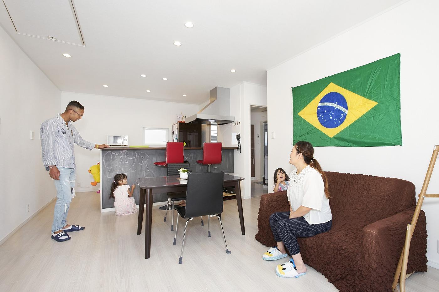 カラフルな家のシンプルなリビング