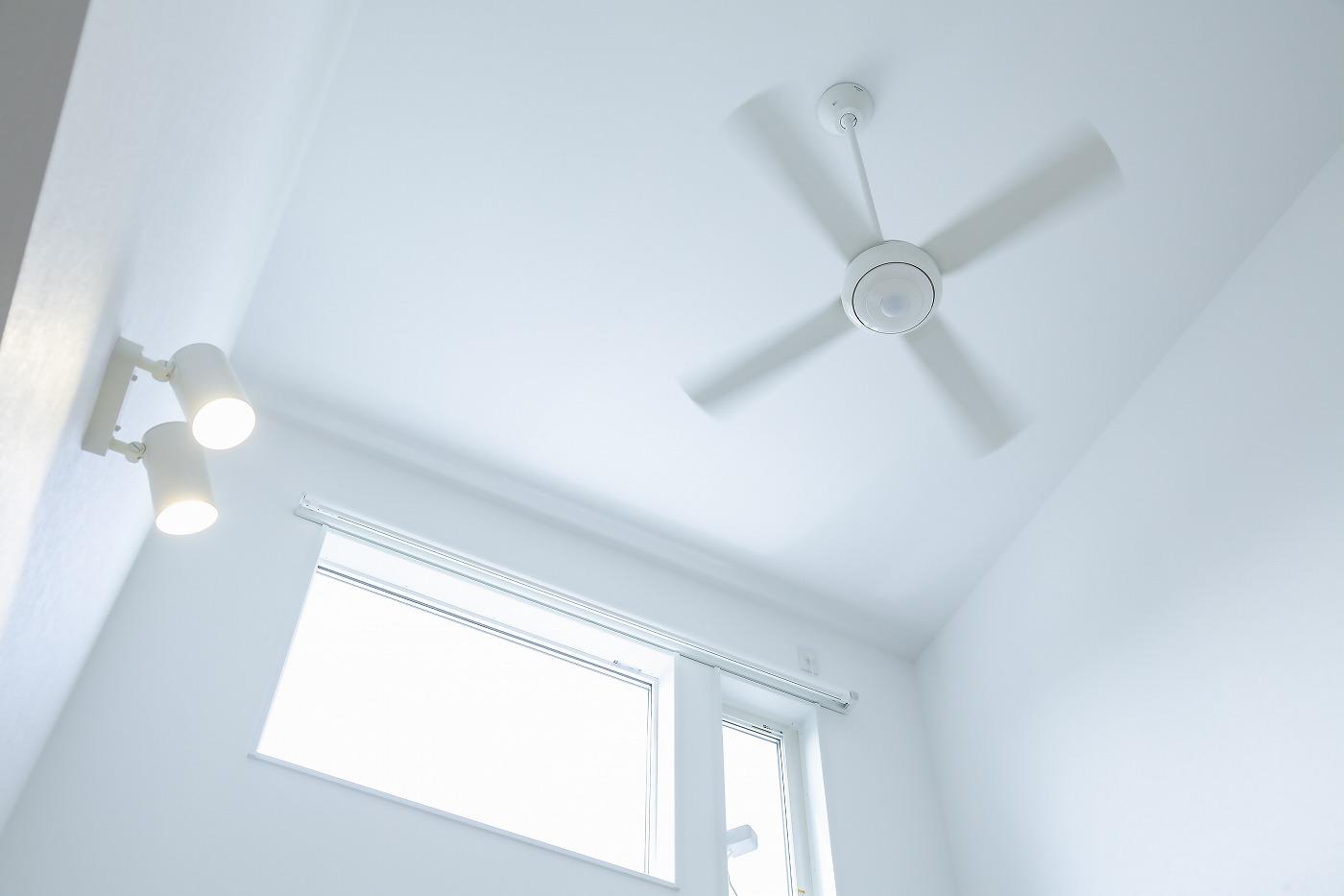 暮らしのこだわりいっぱいの家の吹抜とシーリングファン