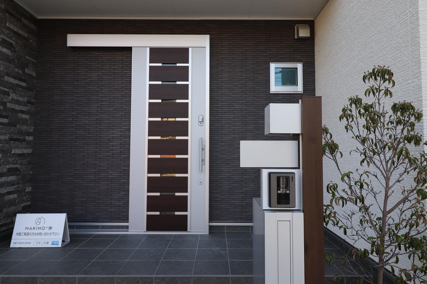 高松市宮脇町の新築分譲住宅の玄関