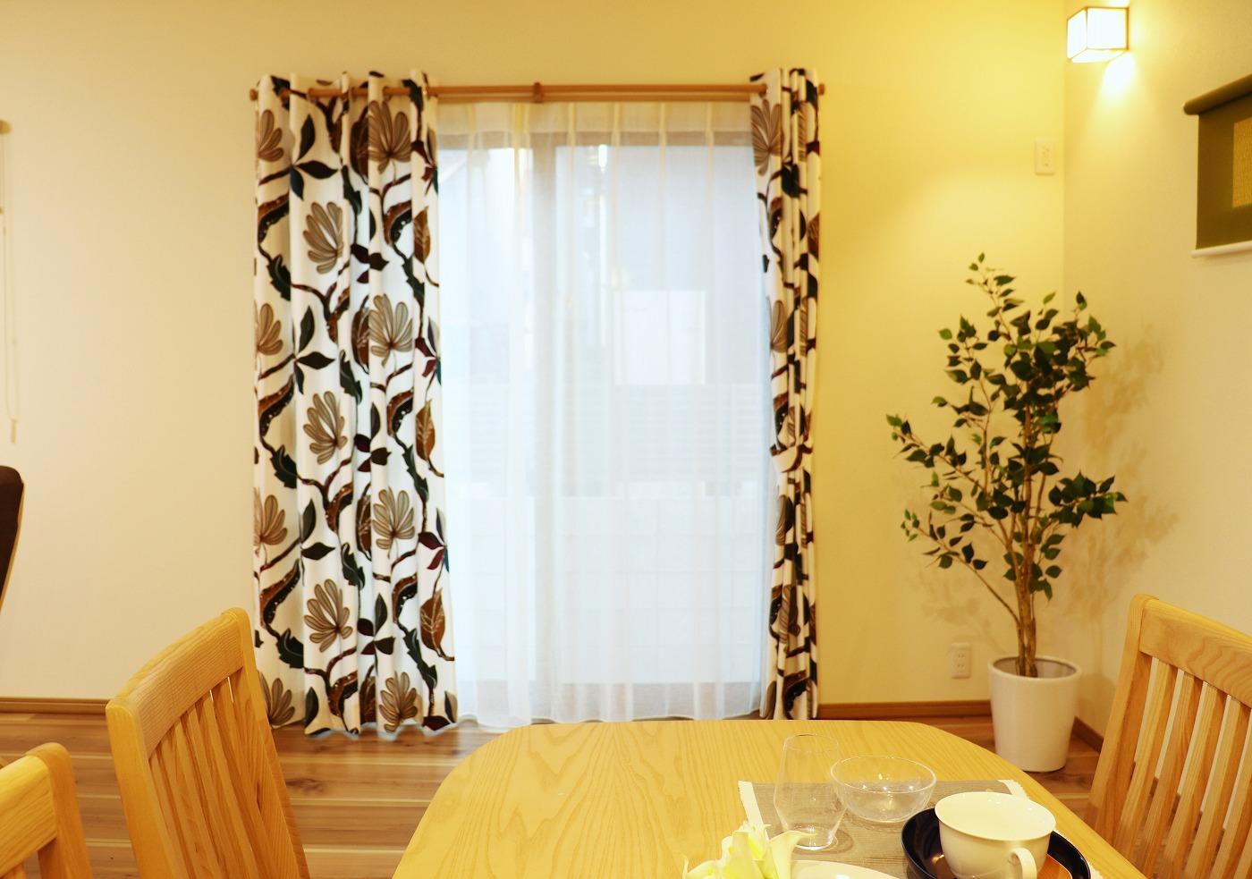 高松市木太町の新築分譲住宅のリビングカーテン