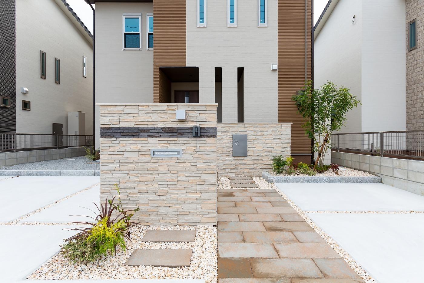 高松市松縄町の新築分譲住宅の庭アプローチ