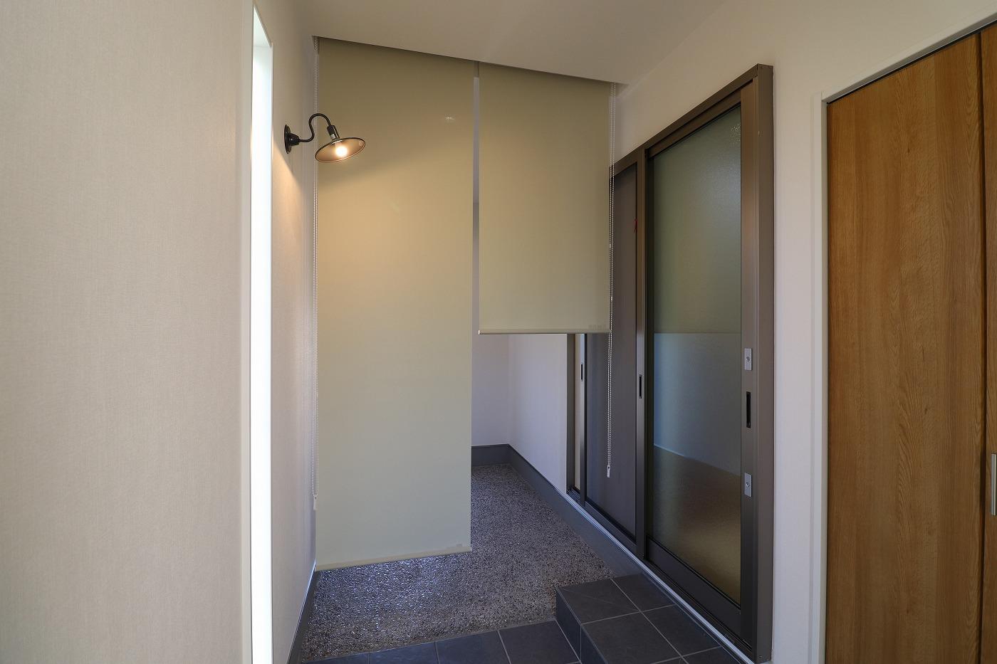 高松市木太町の新築分譲住宅の玄関土間ロールスクリーン