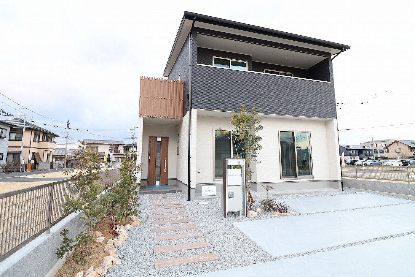 高松市木太町の新築分譲住宅の玄関アプローチ