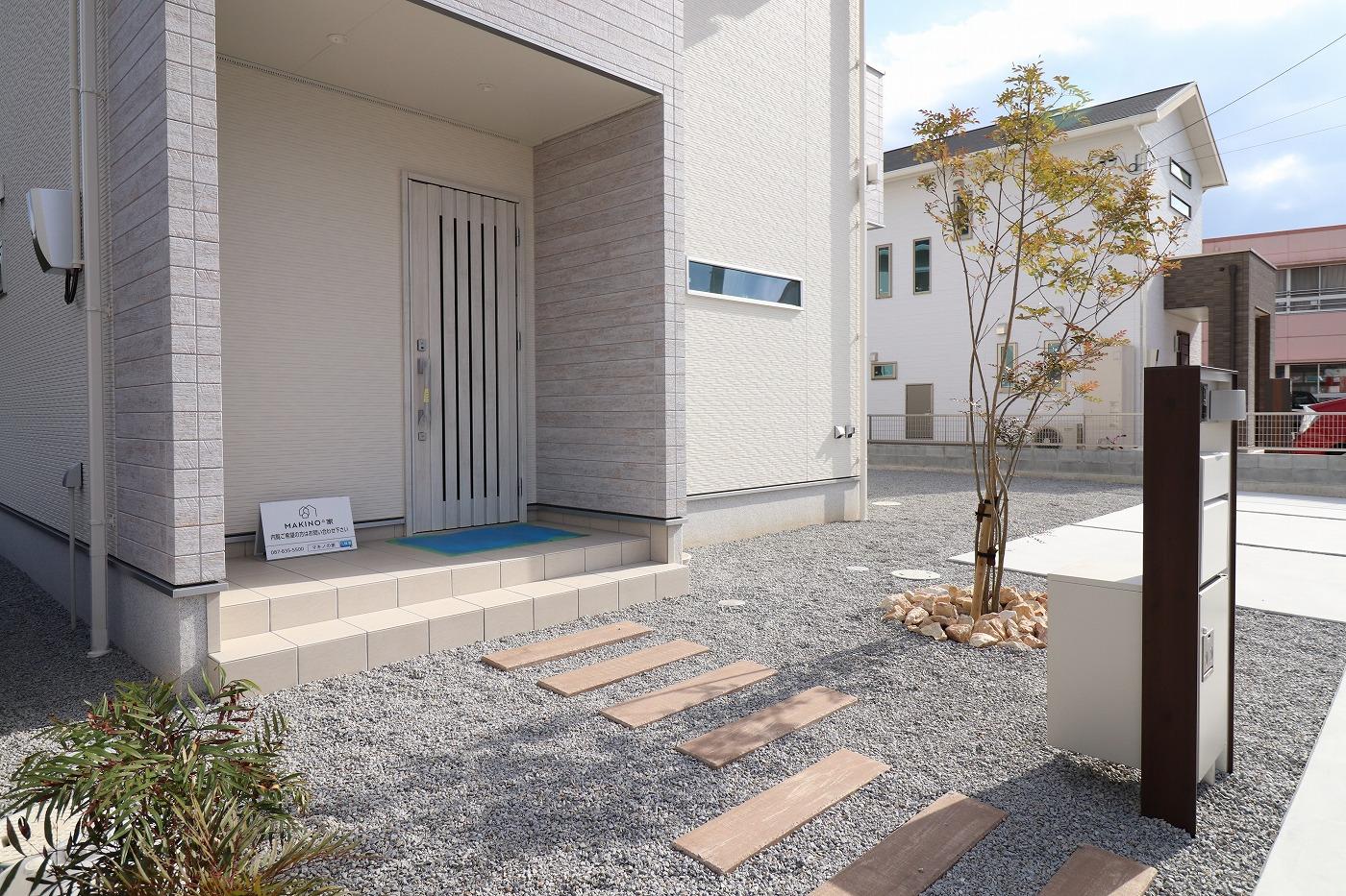 高松市下田井町水田の新築分譲住宅の玄関アプローチ