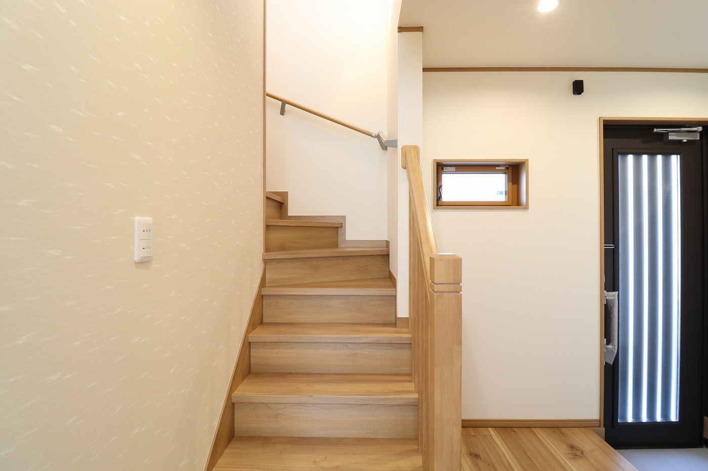 高松市木太町の新築分譲住宅の玄関ホール