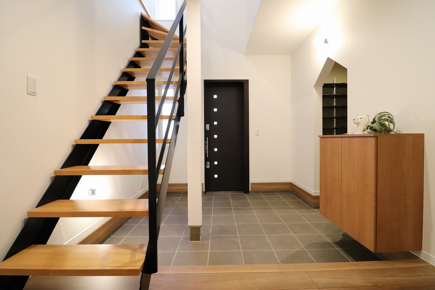 高松市高松町の新築分譲住宅の鉄骨階段土間
