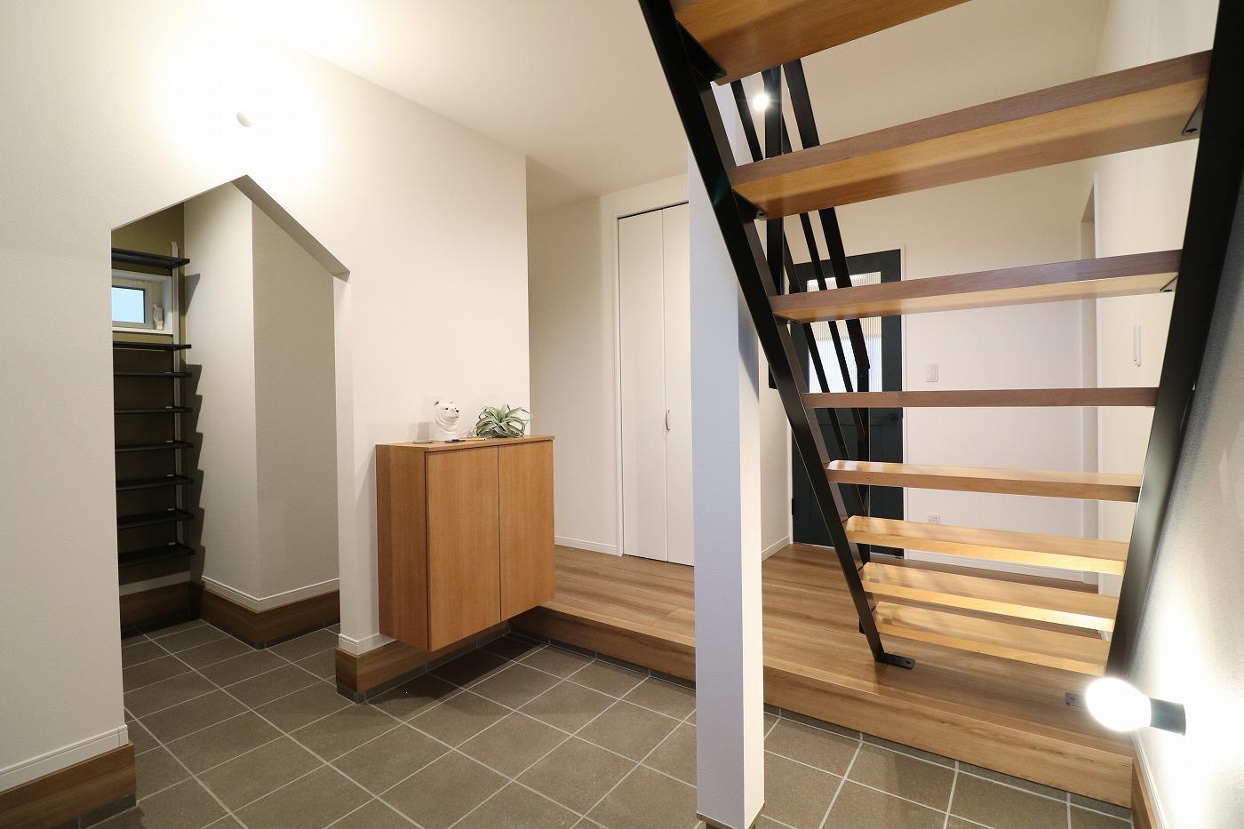 高松市高松町の新築分譲住宅の玄関土間鉄骨階段