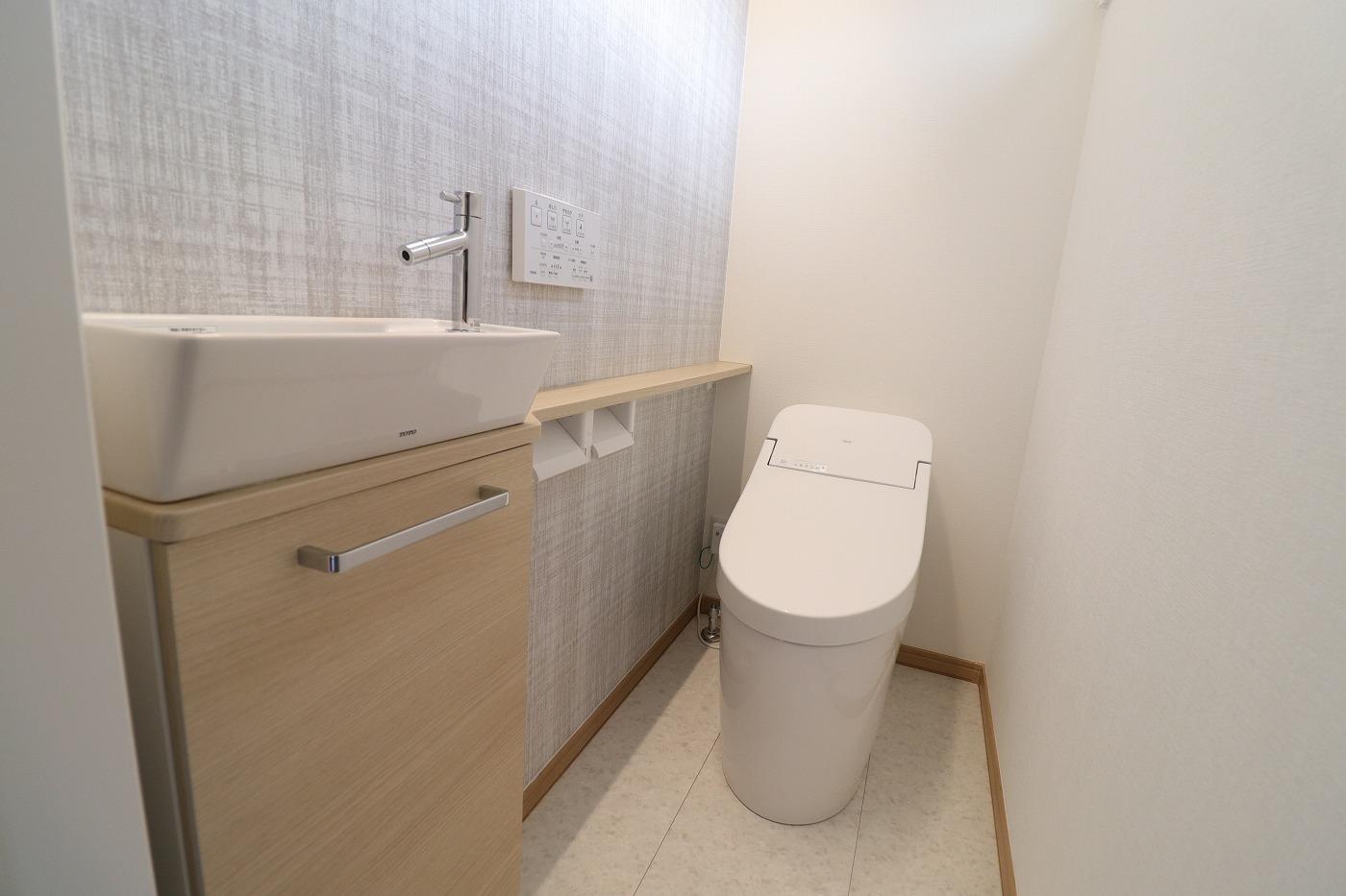 高松市小村町の平屋建て新築分譲住宅のトイレ
