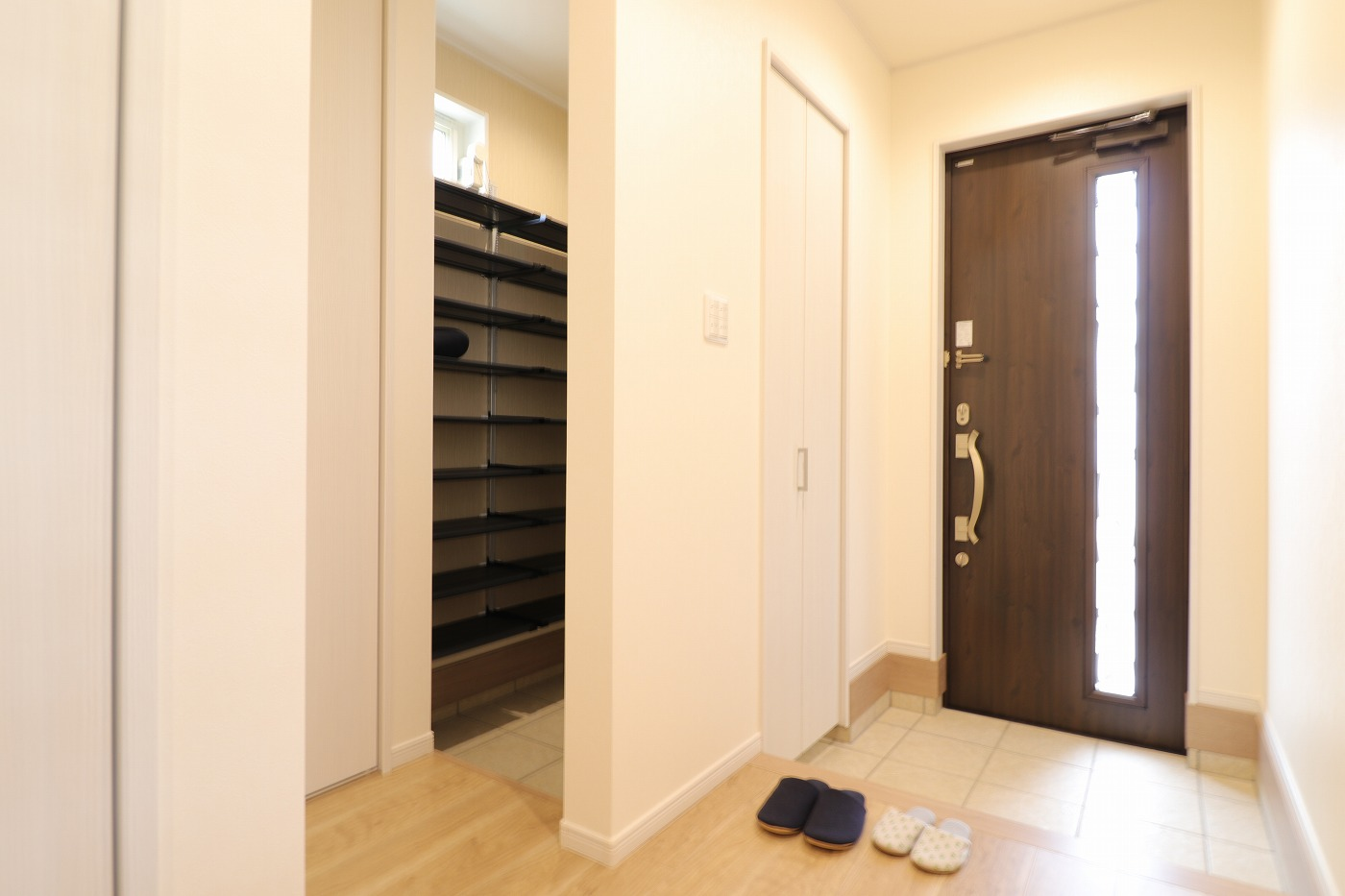 高松市六条町の新築分譲住宅の玄関